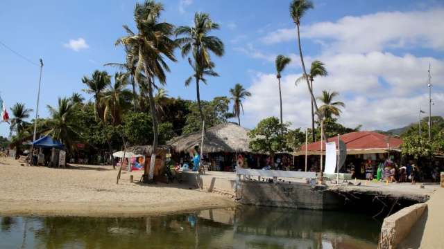 Aguas negras truncan diversión de turistas en Acapulco