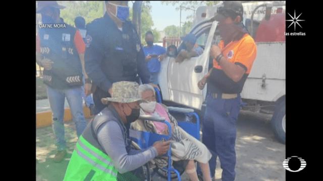 Anciana, víctima de violencia, pide ayuda mientras la vacunan contra COVID en Iztapalapa
