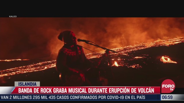 banda de rock graba musical en plena erupcion de volcan