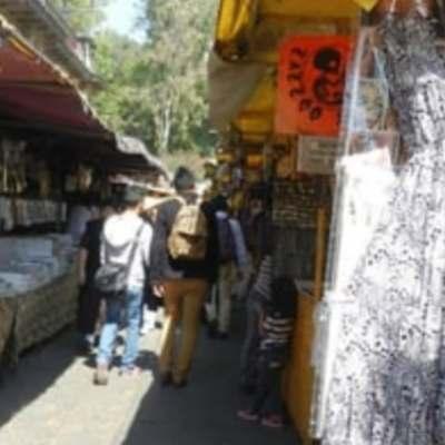 Bazares de la CDMX regalan cubrebocas y gel antibacterial a visitantes