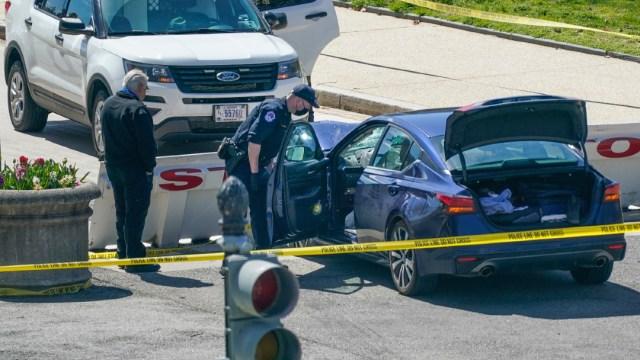 Un vehículo embistió una barricada de seguridad en el Capitolio de Estados Unidos y atropelló a dos policías