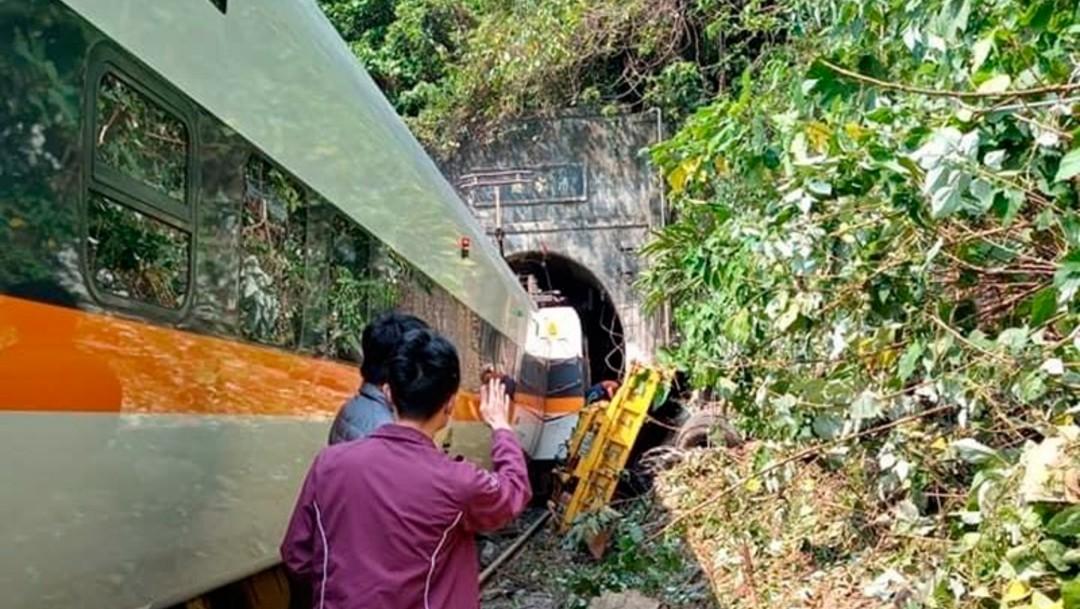 Descarrilamiento de tren en Taiwán deja decenas de muertos