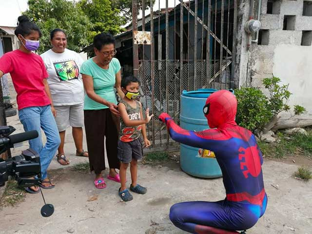 Día del Niño: Recolectores de basura se disfrazan regalos