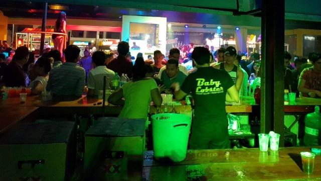 Durante Semana Santa, turistas salen de fiesta y evitan protegerse contra COVID en Acapulco