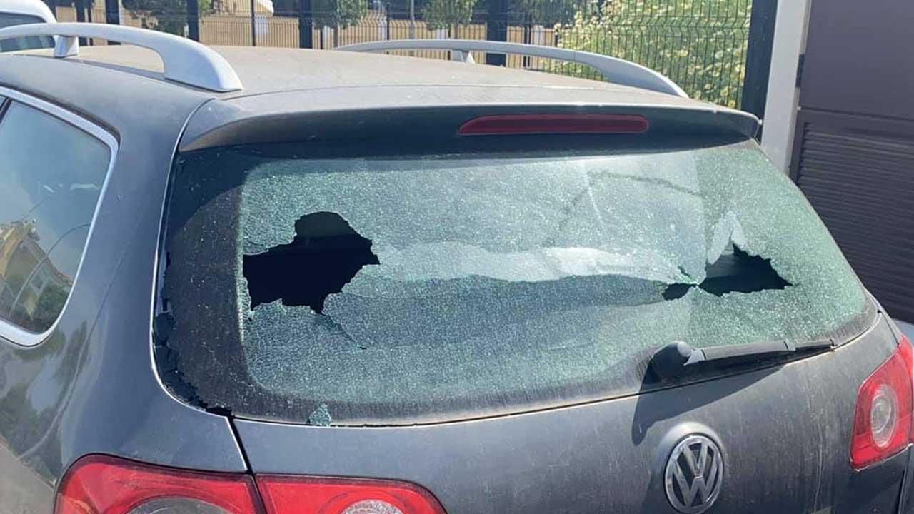 Niño rompe vidrio de carro y deja nota de disculpa