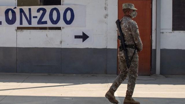 Mueren 5 militares al desplomarse helicóptero en Perú