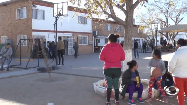 Migrantes esperan asilo en Estados Unidos varados en mega albergue de Ciudad Juárez
