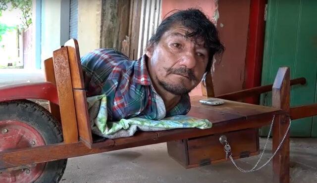 Pablo Acuña de Paraguay, pese a no tener brazos ni piernas, logró sacar adelante a sus hijas
