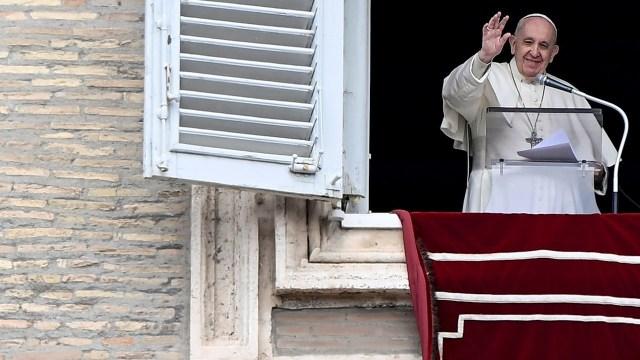 Papa Francisco reaparece en público dando la bendición tras las restricciones por COVID-19