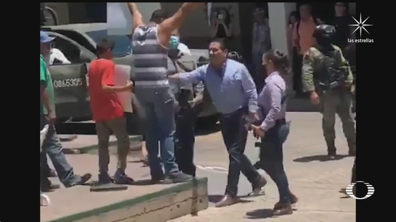 Silvano Aureoles empuja a manifestante