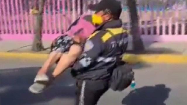 Policías-cargan-a-abuelita-en-centro-de-vacunación-en-CDMX