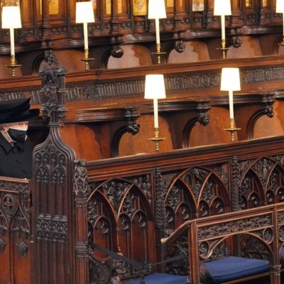 Reina Isabel II permanece sola en ceremonia y entierro de su esposo el príncipe Felipe