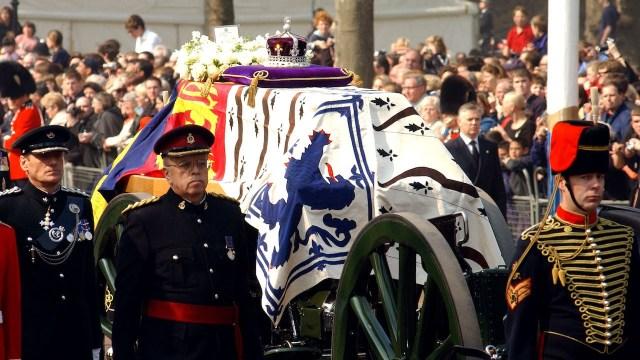 Carruaje sostiene el ataúd con los restos de la Reina Madre el 5 de abril de 2002 (Getty Images)