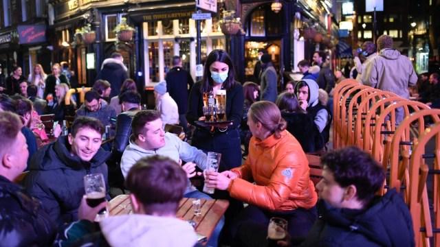 Reino Unido reabre comercios no esenciales y bares tras avance en vacunación contra COVID