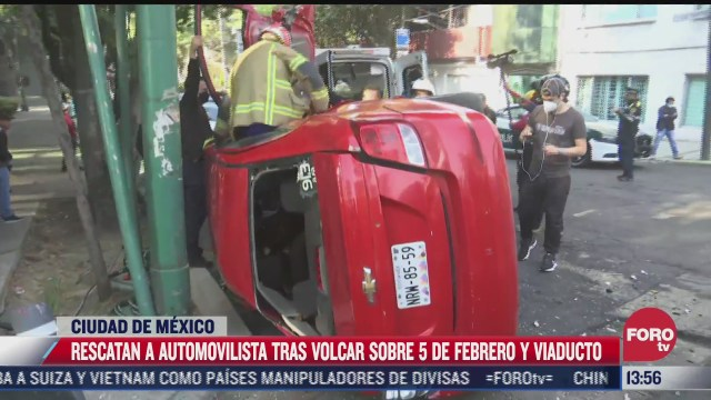 rescatan a automovilista tras volcar su vehiculo en cdmx