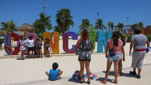 Turistas-relajan-medidas-sanitarias-en-playas-de-Cancún