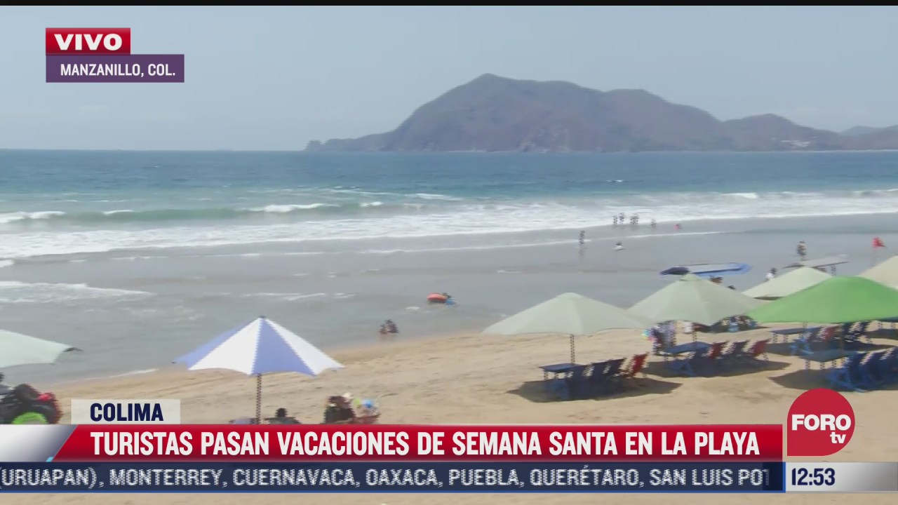 turistas pasan vacaciones en las playas de colima