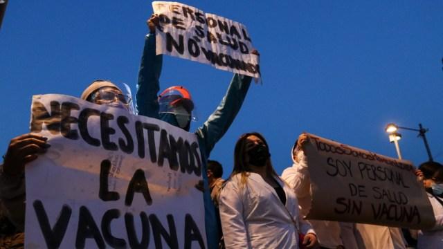 Personal médico privado se manifestó a las afueras de Palacio Nacional para exigir ser inmunizados ante la COVID-19
