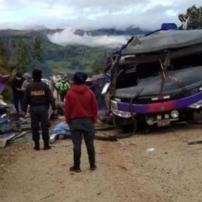 Volcadura de autobús de pasajeros deja al menos 22 muertos en Perú