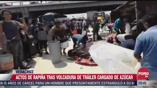 volcadura de trailer con azucar desata rapina en veracruz