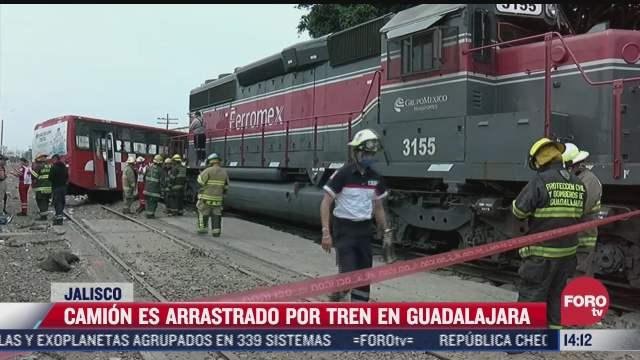 camion de transporte publico es embestido por un tren en guadalajara