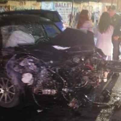 Chocan dos vehículos y derriban semáforo en Iztapalapa, CDMX