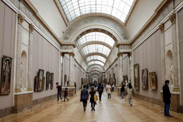 Francia dará bono cultural de 300 euros a jóvenes de 18 años