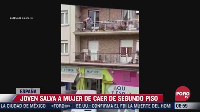 joven salva a mujer de caer de segundo piso