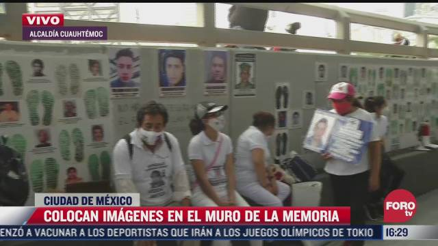 madres recuerdan a sus hijos desaparecidos en el muro de la memoria