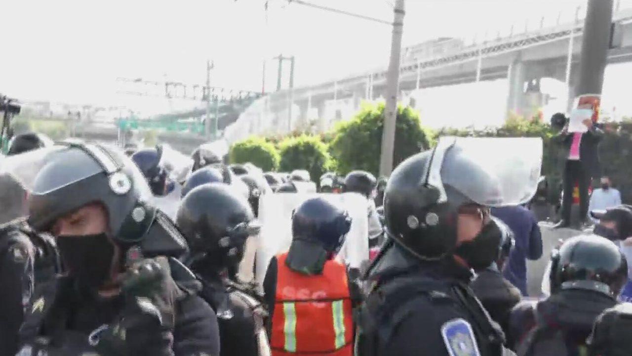manifestantes se enfrentan con policias en circuito interior