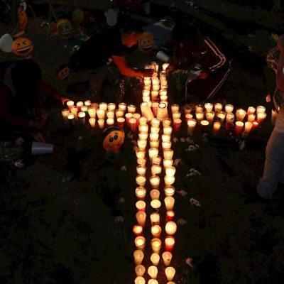 Un grupo de personas coloca veladoras en recuerdo a los fallecidos por el accidente de la Línea 12 del Metro