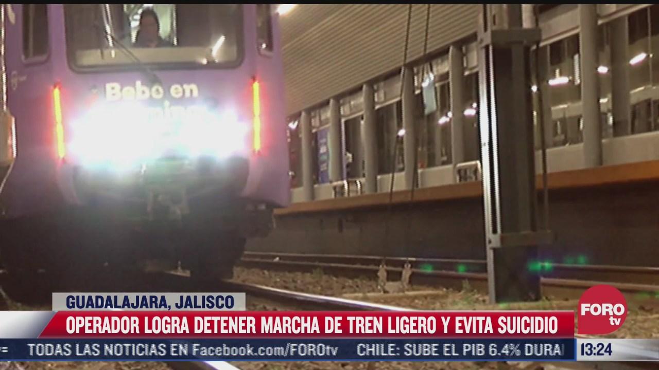 operador de tren ligero logra frenar cuando joven se lanza a vias