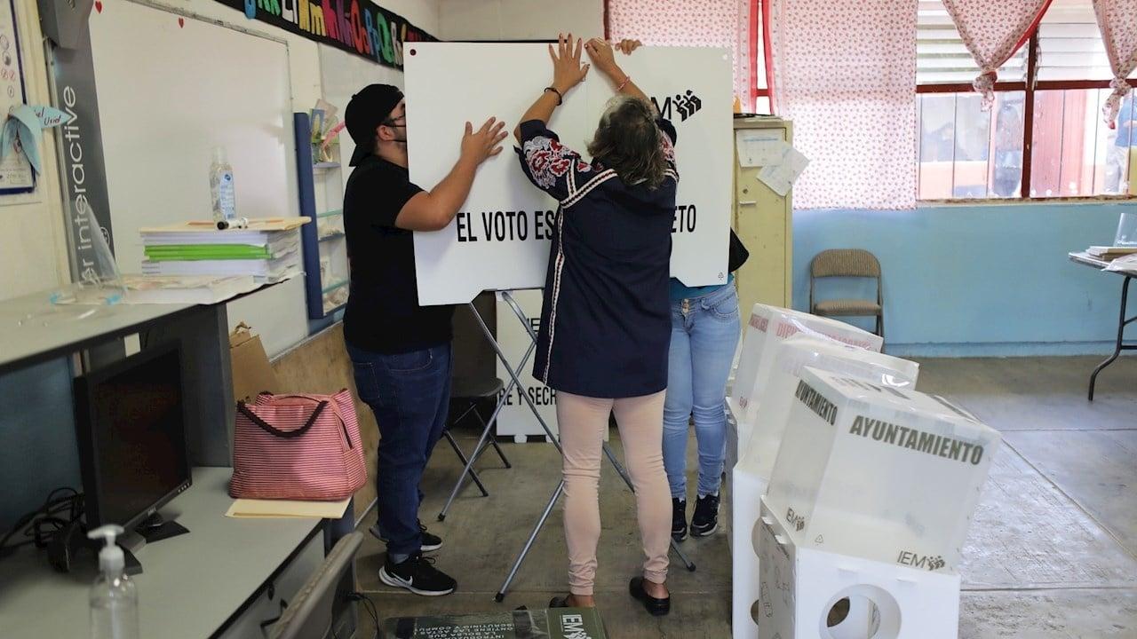 Funcionarios de casilla prepara las mesas electorales este domingo 6 de junio