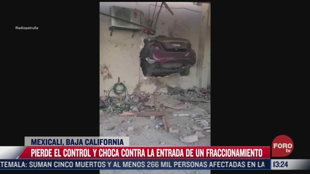 automovilista pierde el control y choca contra fraccionamiento en baja california