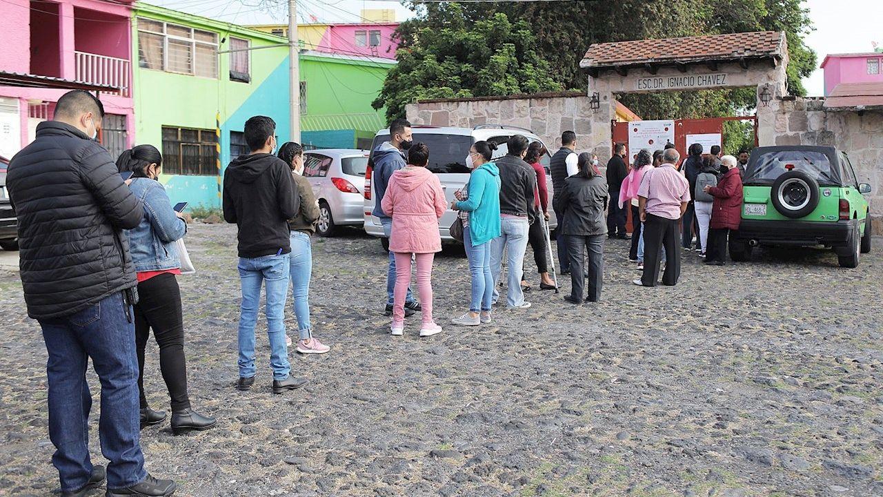 Ciudadanos hacen fila para ejercer su voto