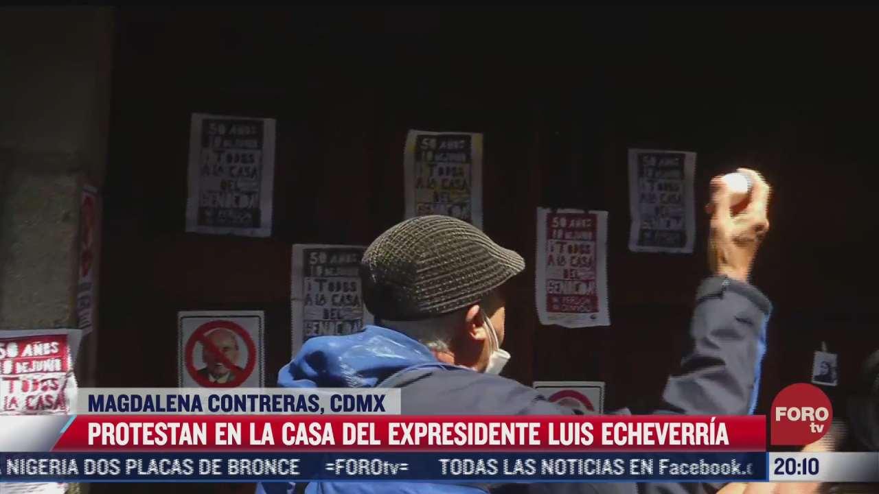 manifestantes protestan afuera de casa de luis echeverria por halconazo