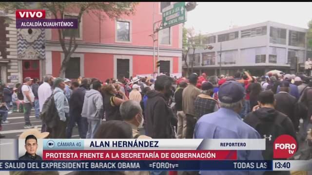 manifestantes protestan frente al edificio de segob