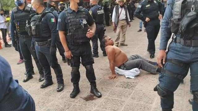 Enfrentamiento entre policías de Querétaro y artesanos indigenas (Twitter: @pattygmiranda)