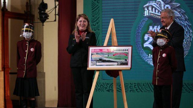Presentan billete de lotería del 15 de septiembre con el premio de un palco en el Estadio Azteca