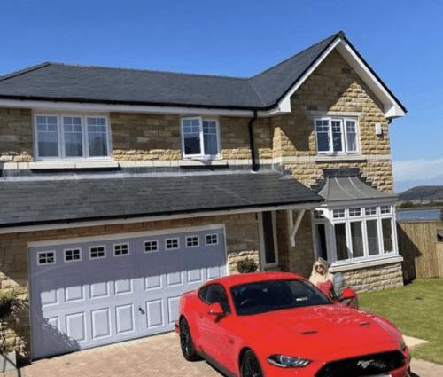 Modelo de 24 años compra casa y auto con sueldo de OnlyFans