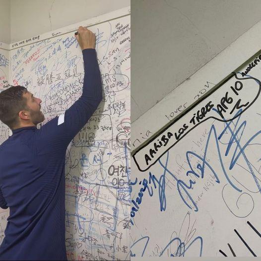 """Gignac escribe """"Arriba los Tigres"""" en muro olímpico"""