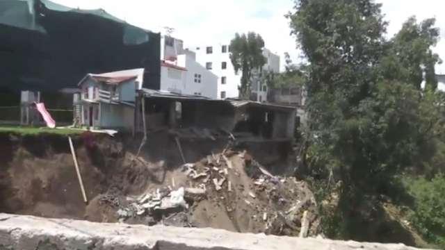 Cae barda de escuela tras deslizamiento de talud en CDMX
