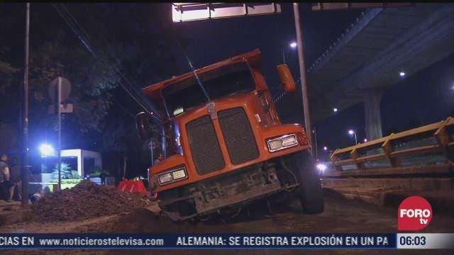 camion cae a socavon en periferico sur
