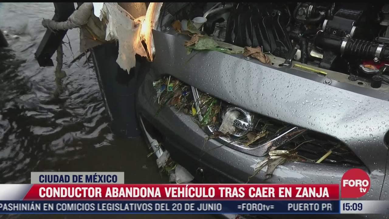conductor abandona vehiculo tras caer en zanja de la cdmx