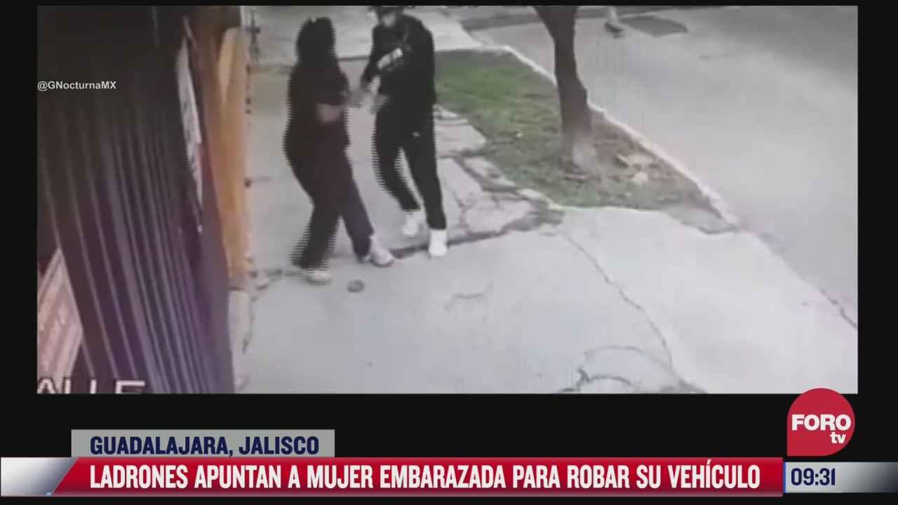 delincuente apunta con arma a una mujer embarazada