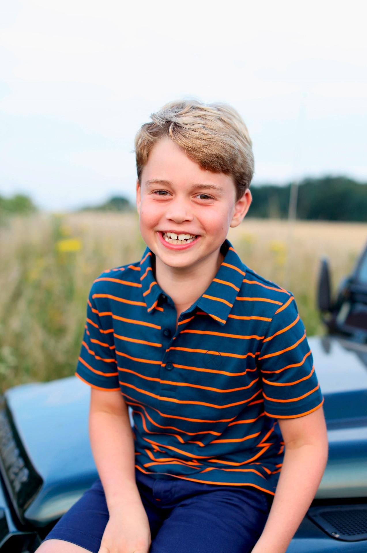 Duques de Cambridge divulgan foto de su hijo George por su cumpleaños 8