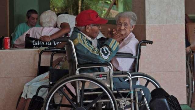 El papa Francisco pide cuidar a los adultos mayores, dice 'no son sobras de la vida'