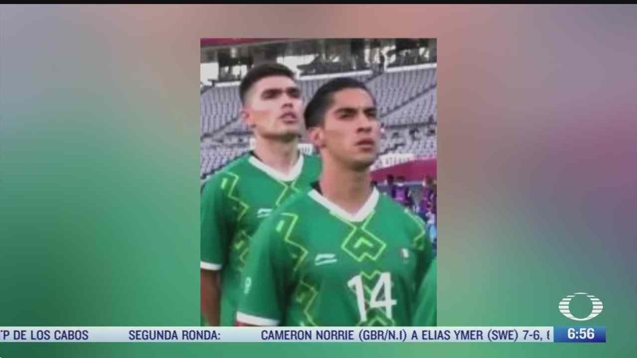 erik aguirre porta bandera de mexico al reves en uniforme de seleccion mexicana