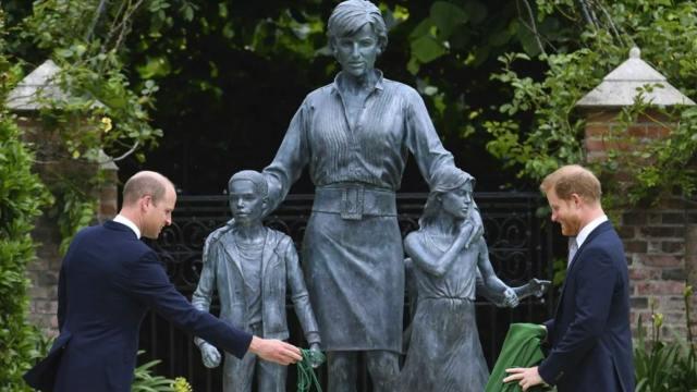 Príncipes Guillermo y Enrique inauguran estatua de su madre, la princesa Diana