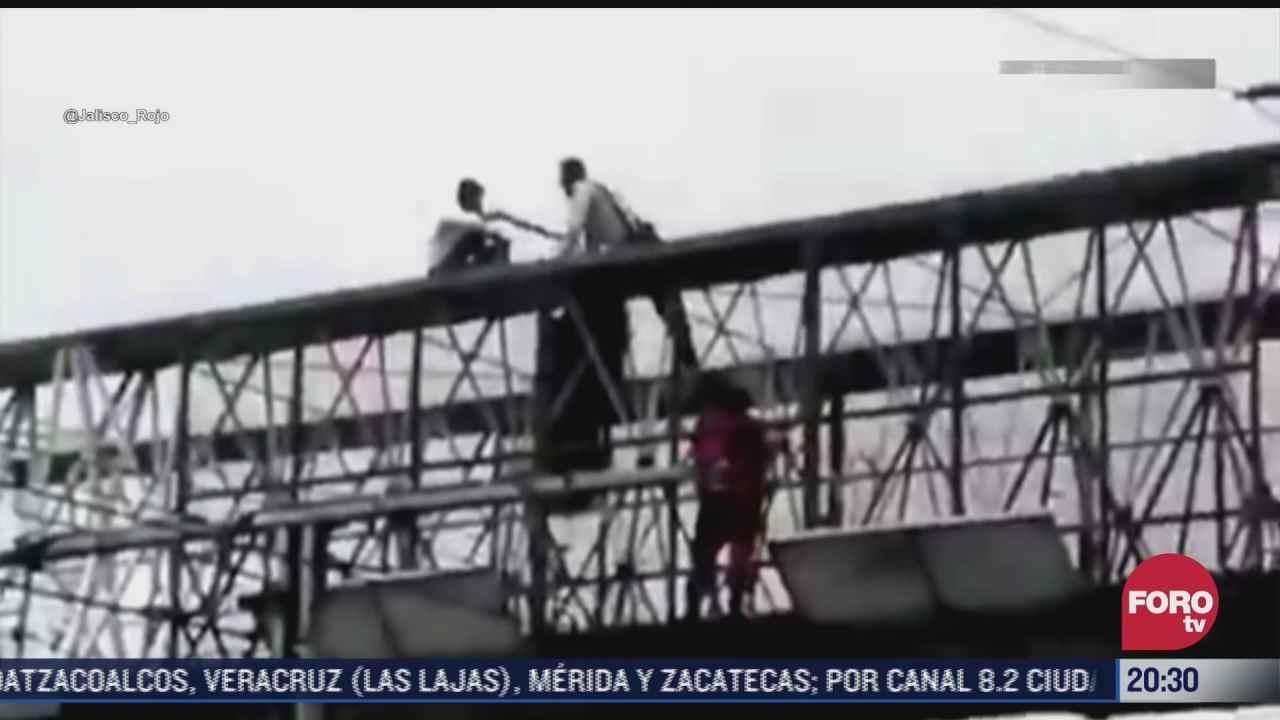 impiden que hombre se aviente de puente en guadalajara